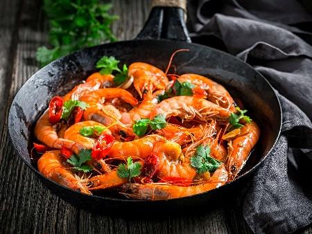 Запържени скариди с чесън, сладък червен пипер и кимион - снимка на рецептата